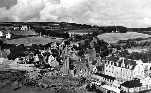 Le bourg, son église et son cimetière marin