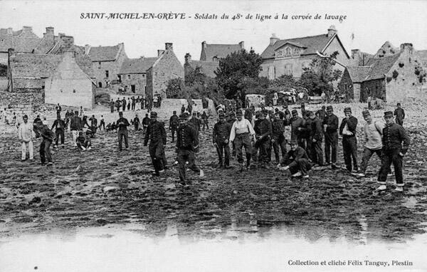 Soldats du 48ème de ligne à la corvée de lavage